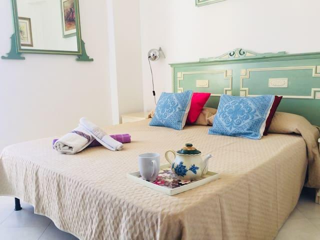 Camera da letto comunicante con balcone sul retro con letto matrimoniale a due piazze regular size.
