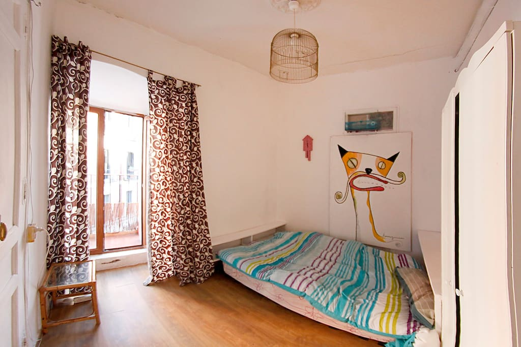 Habitaci n con balc n en el centro apartamentos en for Alquiler habitacion plaza espana madrid