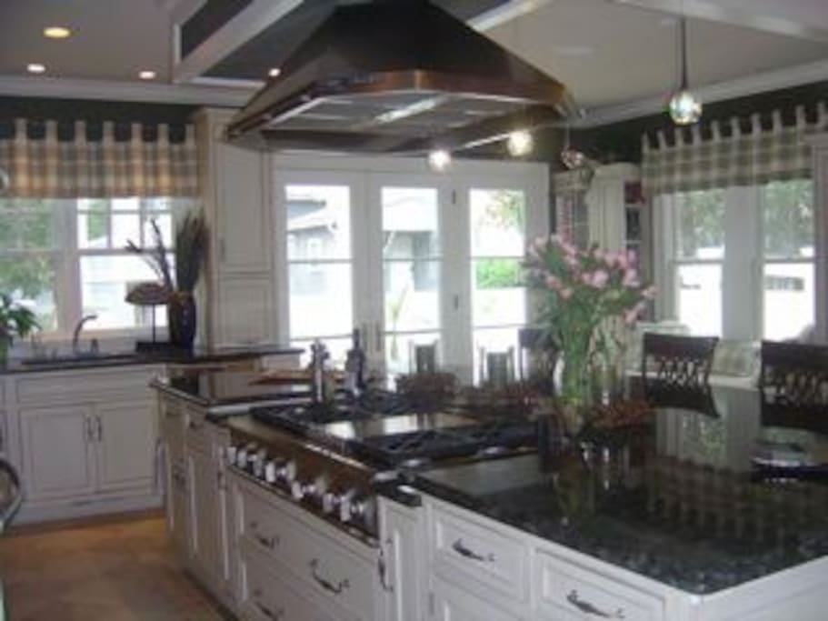 Gourmet kitchen with 6-burner gas range, double oven much more!