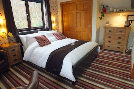 Stylish Room Overlooking Loch Ness - Dores - Penzion (B&B)