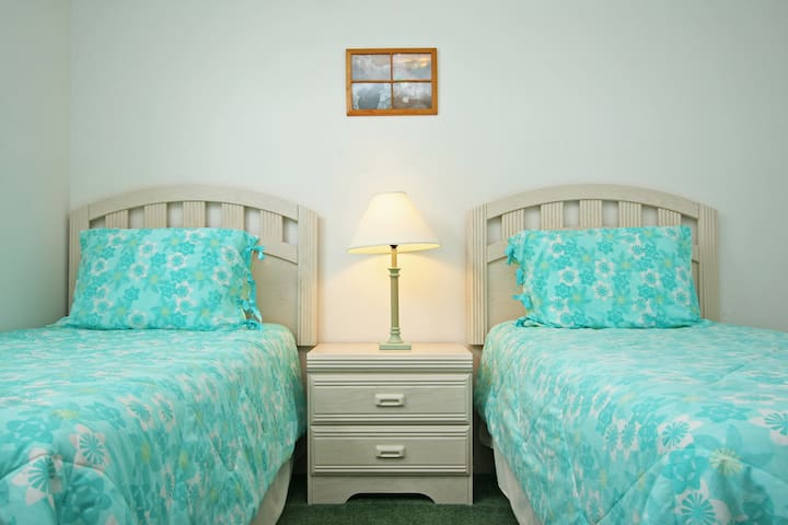 Twin bedroom, bright and cheerful.