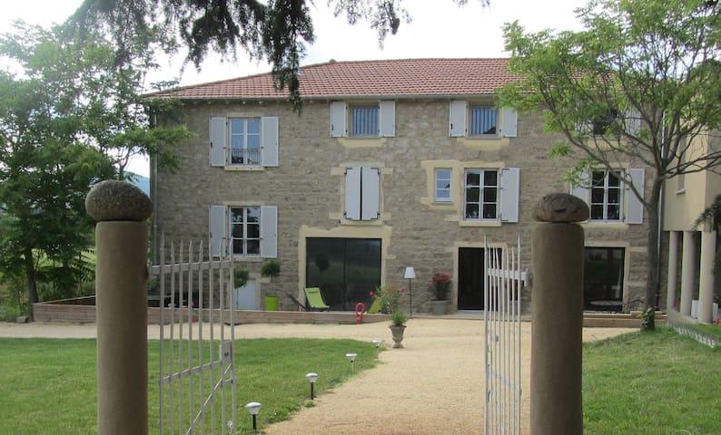 """Maison d'hôtes """"Les Terres"""" : Chambre Bagatelle - Chaponost - Guesthouse"""