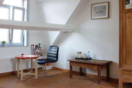 Spacious bedroom, private bathroom - Bruges - Dům