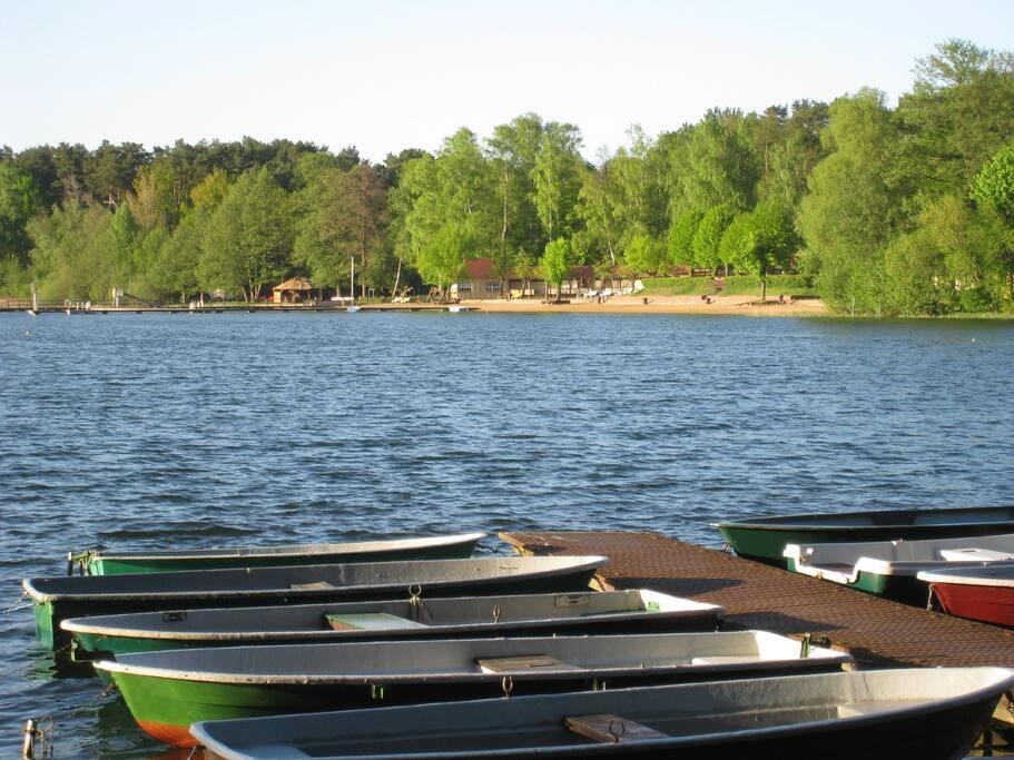 Das Haus liegt direkt am See, Boote können ausgeliehen werden.