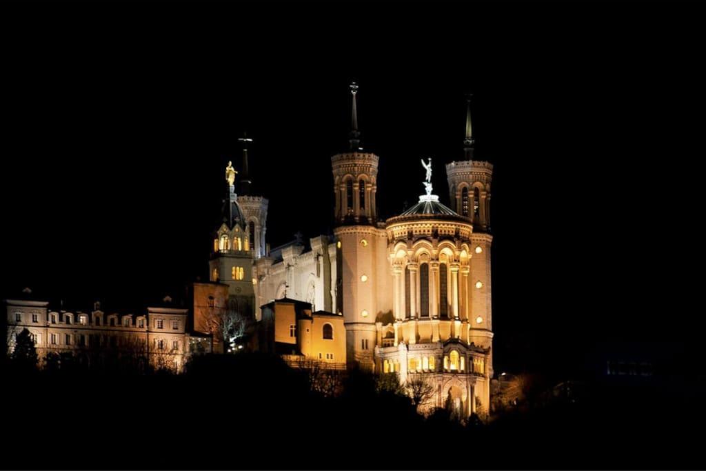 A 5 minutes à pied du funiculaire pour accéder à Notre-Dame de Fourvière