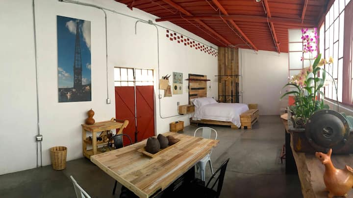 Stylish Red Loft & Backyard. Sanitized + Fast WiFi
