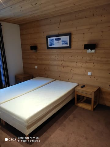 Chambre de deux lits simples. Une salle de bains est attenante .