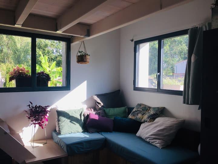 Oléron, joli studio au cœur d'un jardin reposant.