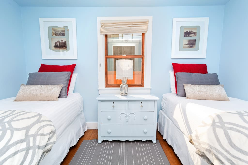 Small bedroom with two twins.