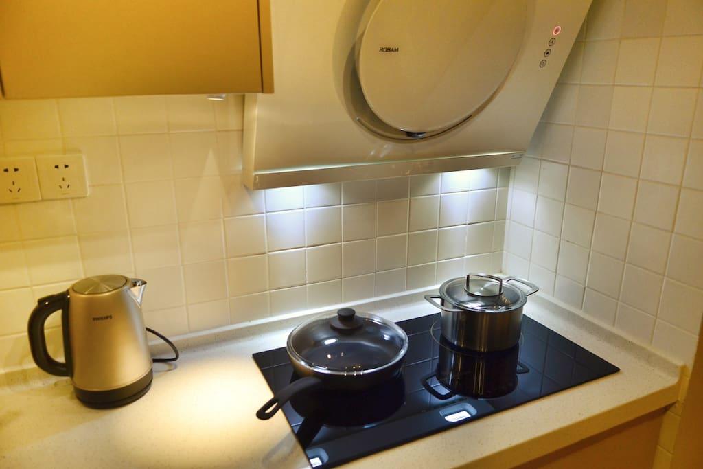 小厨房,炊具、餐具、基本调味齐全