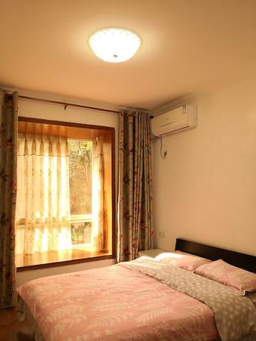 卧室配有1.5米的双人床,床头柜,梳妆台,飘窗,空调。