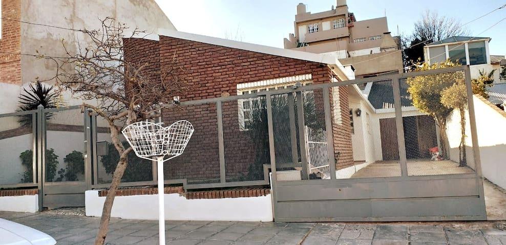 Casa inmensa barrio Roca. 2 Jardines, quincho.