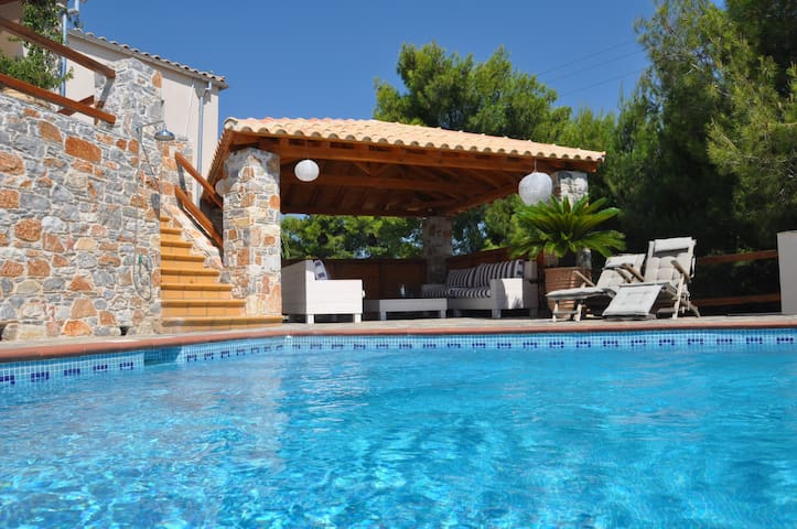 fantastic 4 bedroomed villa with pool and sea view