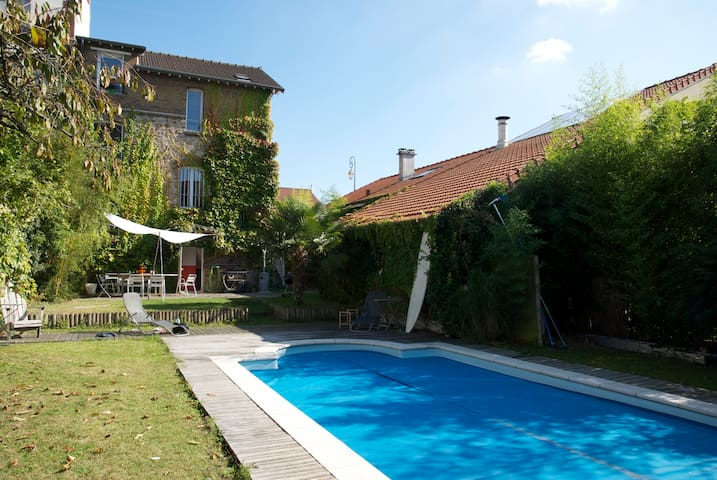 15 mn from Paris, quiet house, heated pool