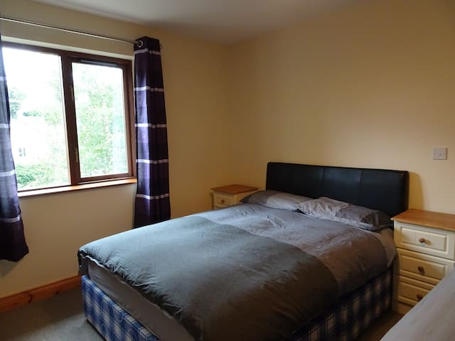 Town House: Triple Room w/ Shared Bathroom - Manorhamilton - Bed & Breakfast