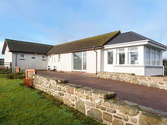 ROSE COTTAGE, family friendly, with a garden in Lybster, Ref 928818