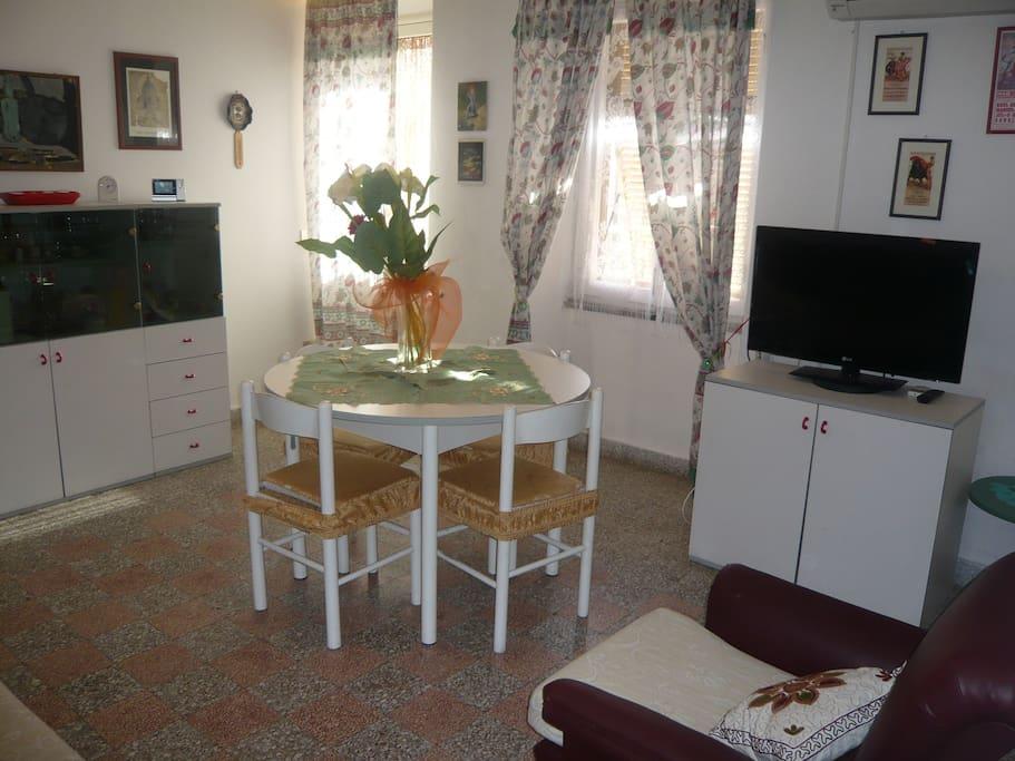 ampia sala dotata di tutti i confort e con accesso diretto alla terrazza