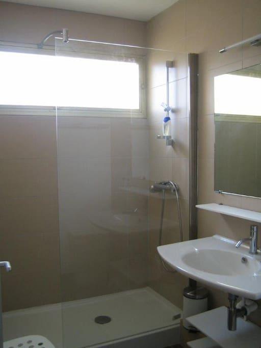une douche à l'italienne, lumineuse et confortable