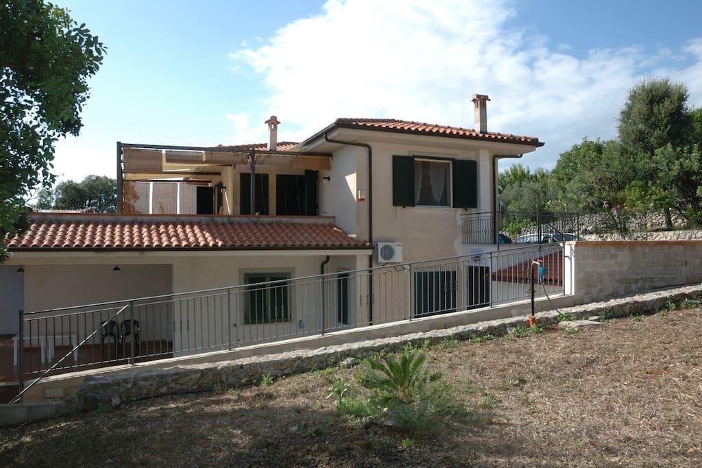 Vista laterale della casa con il suo grande terrazzo