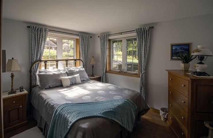 Chambre relaxante avec lit queen