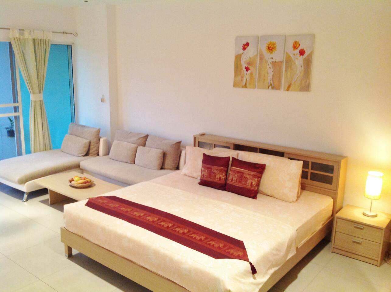King size bed with comfortable  mattress.