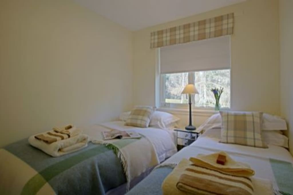 Cosy modern/ traditionally decorated Twin bedroom