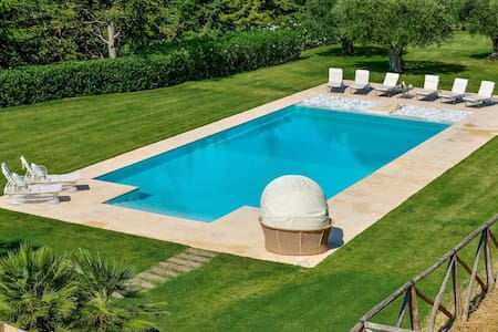Beautiful Villa with swimming pool - Huvila
