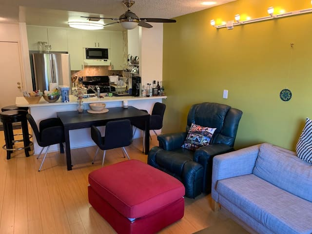 Gorgeous Los Feliz Apt - Great Location + Parking