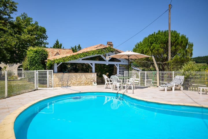 Beautiful Holiday Home with Swimming Pool in Montlauzaun