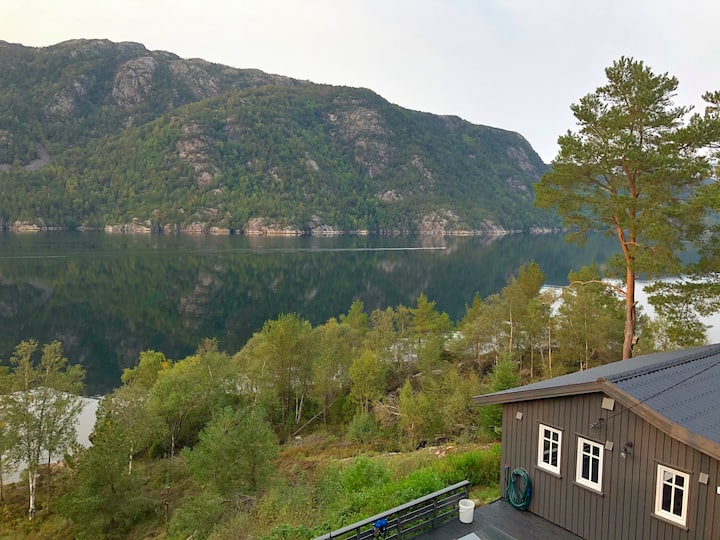 Cozy cabin by the sea with spectacular fjord view!