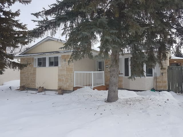 Cozy quiet Charleswood Room - Winnipeg - Huis
