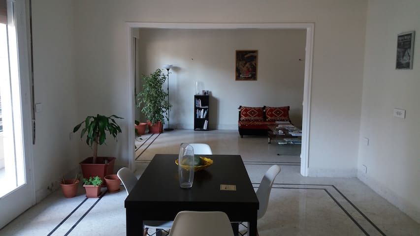 Room in centrally located, spacious apartment - Bayrut - Apartment