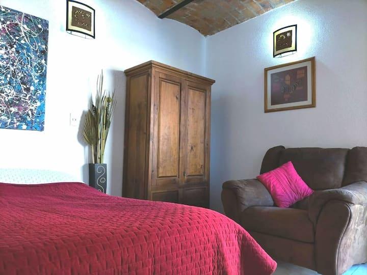 Habitación acogedora y limpia en casa rústica