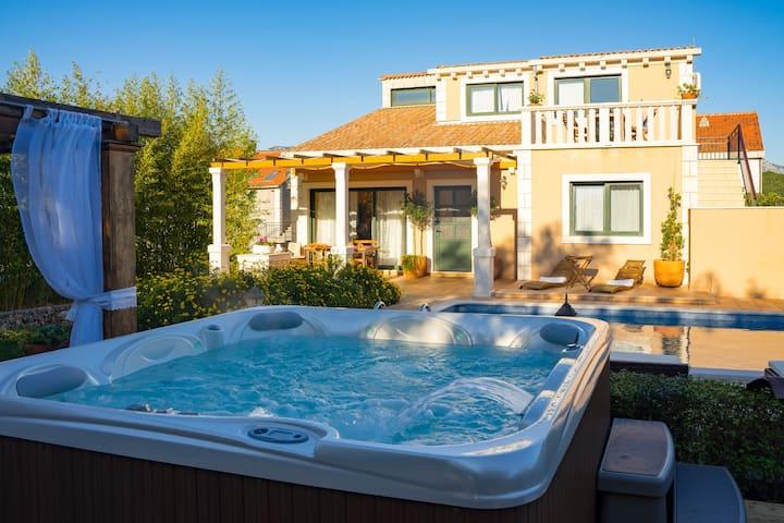 Maha house apartment pool and jacuzzi