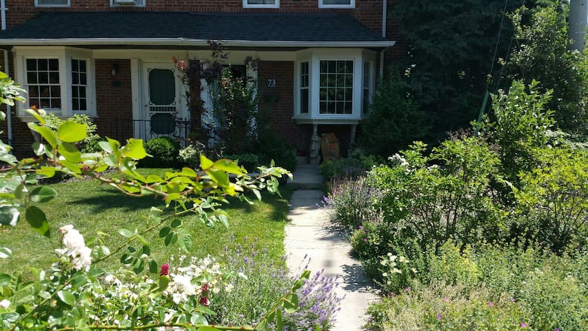 Mid-town Oasis in Leaside - midtown Toronto