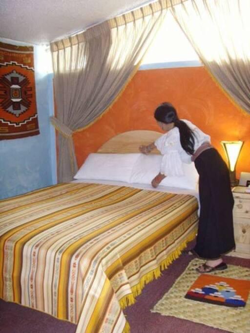 dormitorio con cama de dos plazas, habitación  alfombrada