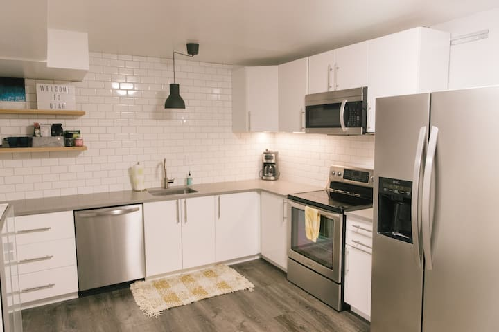 Modern 3 Bedroom Family Stay!!! w/ Kitchen+Laundry