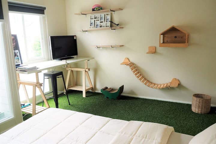Safe House Studio : Bed and Working Space