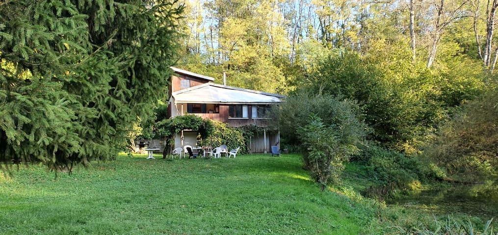 Maison d'artiste  au bord de la rivière l'Ognon.