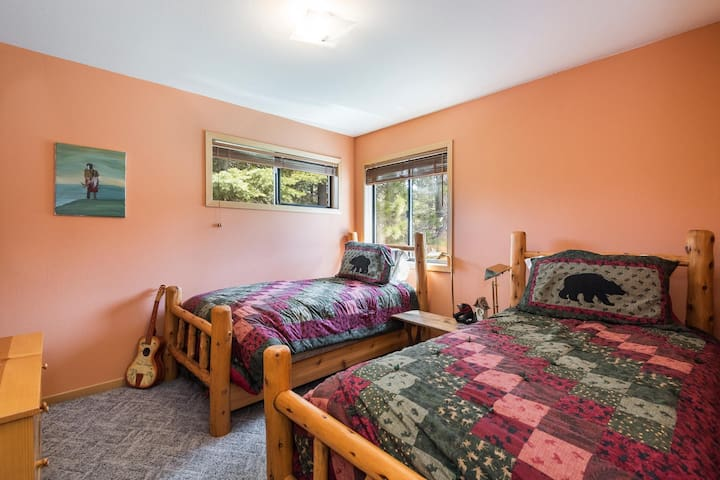 3rd bedroom (2nd floor) with two twin beds and lots of light