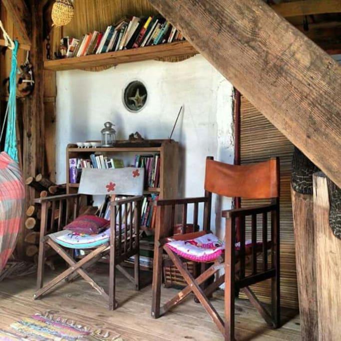 Sala de estar , biblioteca y brisa de mar
