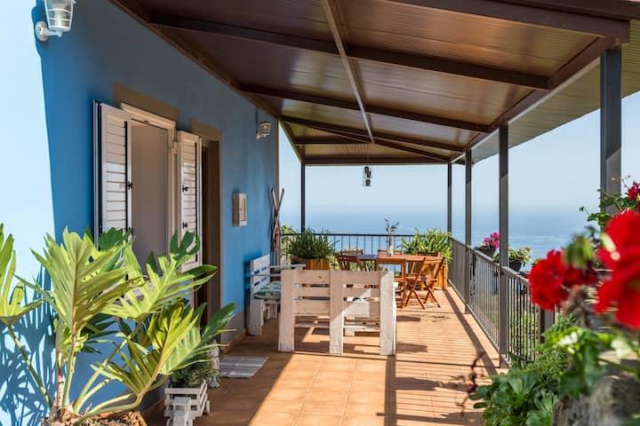 """Magnifique maison de vacances """"Casa el Obispo"""" avec vue sur les montagnes et sur l'océan, terrasse et connexion WiFi ; parking disponible"""