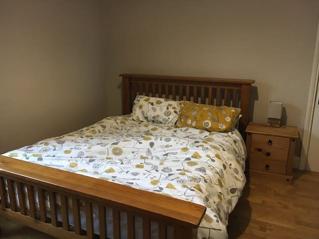 King Size Bedroom in Hull on Boulevard