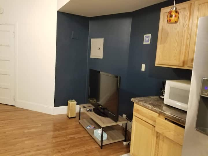 Cute & Cozy 1 BR near downtown w/Parking & HBO Max