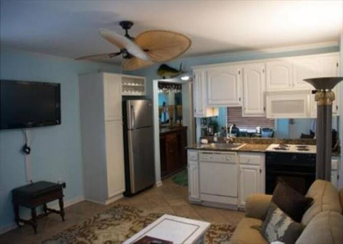 Vintage Condo at Wrightsville Beach Bridge – Walk to Dockside, Mellow, Poe's