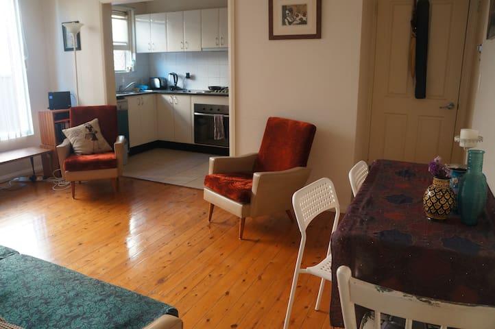 Sunny apartment Inner West Sleeps 4 - Campsie - Apartment