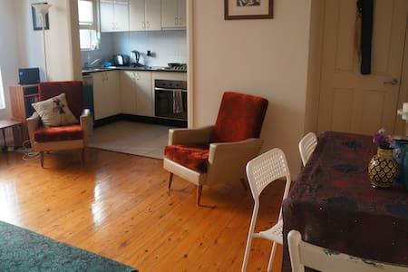 Sunny apartment Inner West Sleeps 4 - Campsie