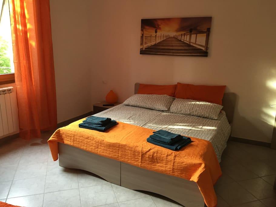 """E' la seconda camera da letto, la """"Camera Arancio"""" può ospitare 3 persone. Questo è il letto matrimoniale."""