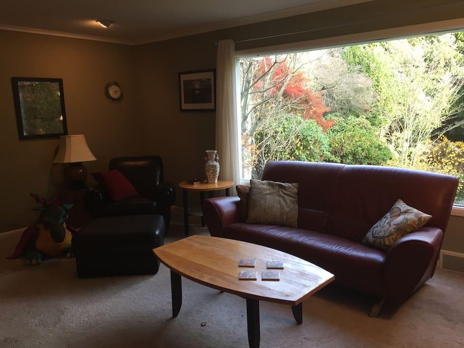 Livingroom overlooks a beautiful, groomed garden