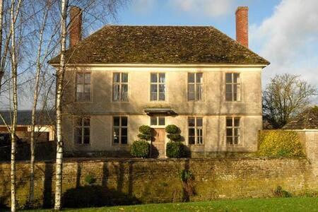 The Old Farmhouse - Hannington Wick - House